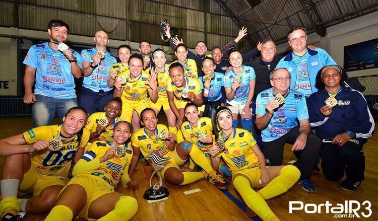 Equipe comemora título. (Foto: Luis Claudio Antunes/PortalR3)
