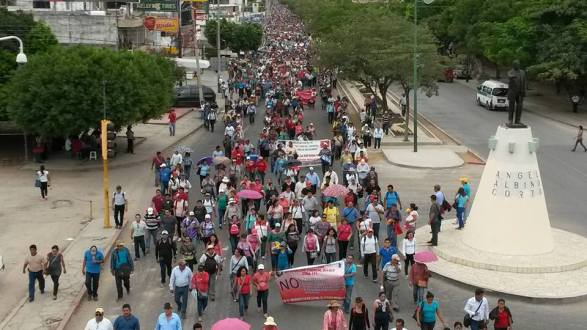 """CHIAPAS: MAS DE CIEN MIL MAESTROS REPUDIAN EN LAS CALLES """"FALAZ REFORMA EDUCATIVA""""."""