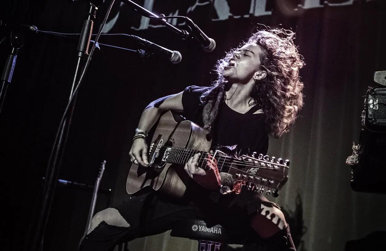 Girl And Guitar Wallpaper Tash Sultana 6 String Superwoman Premier Guitar