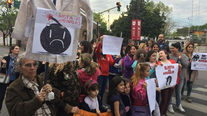 Protesta contra amenazas de bomba