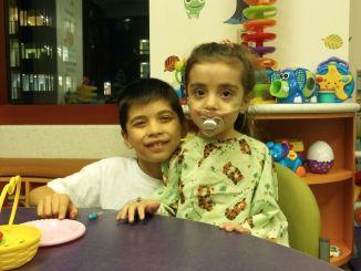 La pequeña guerrera cuenta con un acompañante de lujo para su recuperación: su hermano mayor Felipe la acompaña en todo momento.