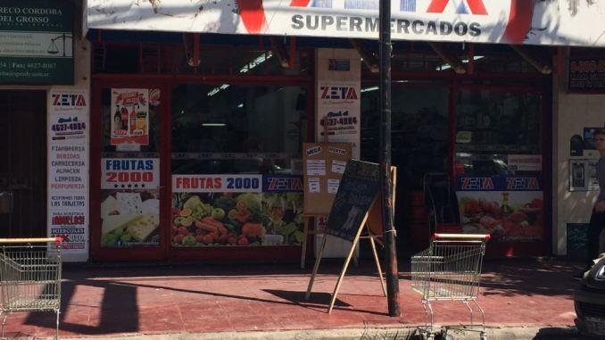 Supermercados Zeta, en Av. Arias 2470: su frente luce cercado por dos changuitos en horario comercial.