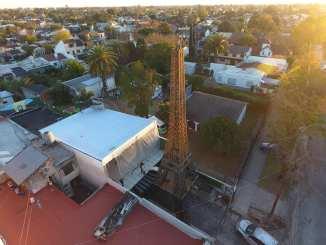 La Torre Santa Rosa se impone en el escenario barrial con sus 18 metros de altura y 8 toneladas de hierro.