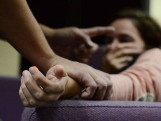 La joven fue ultrajada de manera violenta frente a su hermano de 13 años (imagen sólo ilustrativa)
