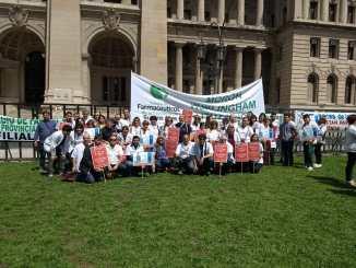Los integrantes del Colegio de Farmacéuticos de Morón, Hurlingham e Ituzaingó siguieron la audiencia pública desde las afueras del palacio de Tribunales porteño, en donde instalaron una pantalla