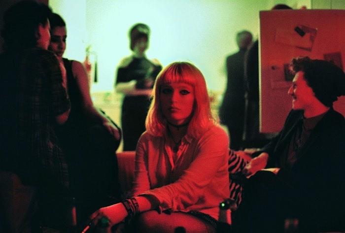 Megan Doherty transforma a banalidade e a monotonia de uma cidade pequena em uma realidade alternativa que serve como uma forma de escapismo para ela mesma e para as pessoas que aparecem em suas fotos.