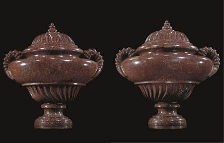 Paire d'urnes couvertes en porphyre
