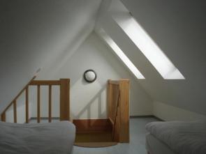 Das Schlafzimmer der Ferienwohnung zur Bergseite verfügt über getrennte Betten.