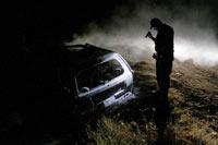 Un agente inspecciona la escena de un crimen en Sinaloa. Foto: Juan Carlos Cruz