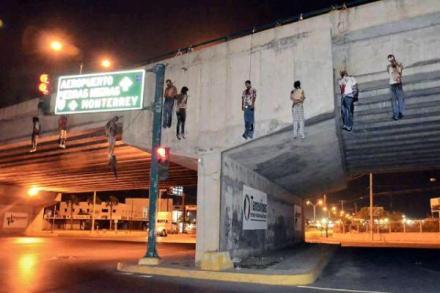 Los cadáveres colgados en Monterrey. Foto: Tomada de Twitter