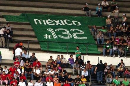 La manta que exhibieron los asistentes al estadio Azteca. Foto: Tomada de Twitter