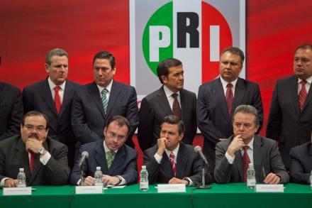 El aspirante presidencial priista y su equipo de campaña. Foto: Miguel Dimayuga