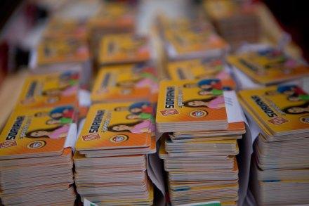 Las tarjetas Soriana mostradas por la coalición de izquierda. Foto: Miguel Dimayuga