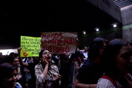 Jóvenes conmemoran 44 años de la masacre de Tlatelolco. Foto: Miguel Dimayuga