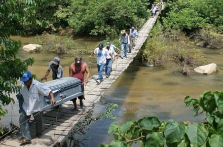 Ejecutados en la sierra de Guerrero. El pan de cada día Foto: Claudio Vargas