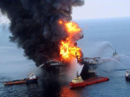 La explosión en la plataforma de Black Elk Energy. Foto: Xinhua / Zumapress