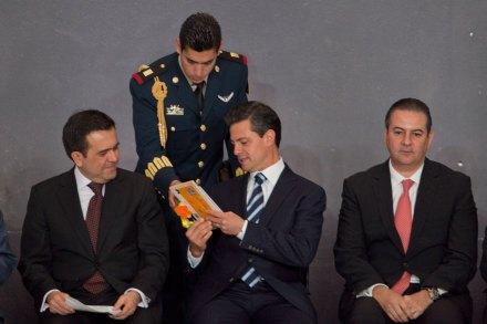 Peña se compromete a leer dos libros que le regaló una niña. Foto: Miguel Dimayuga