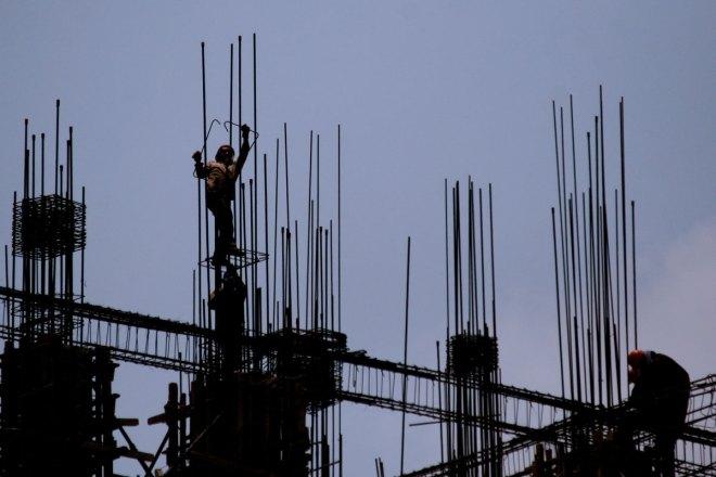 Un albañil en la construcción de un edificio en el Centro Histórico. Foto: Alejandro Saldívar