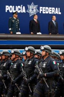 Policías federales durante un acto con Calderón. Foto: Miguel Dimayuga