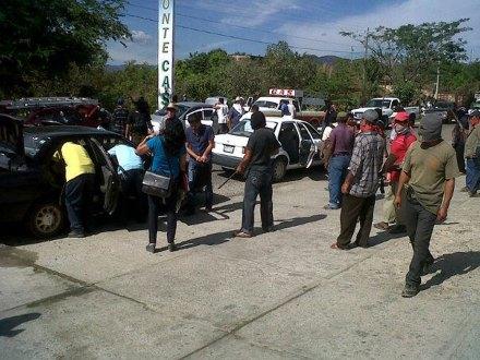 Los pobladores que asumieron la seguridad de Ayutla, Guerrero. Foto: Ezequiel Flores