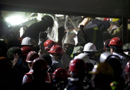 Socorristas trabajan en la zona de la explosión. Foto: AP / Eduardo Verdugo