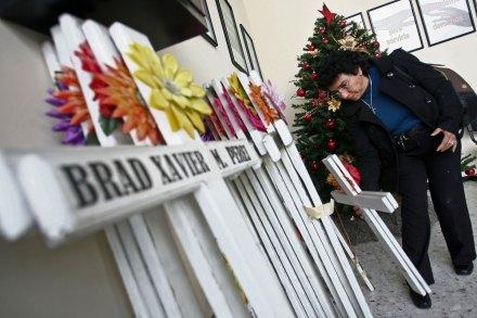 Retiran cruces del casino Royale; protestan deudos. Foto: Víctor Hugo Valdivia