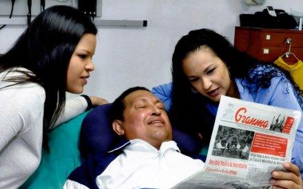 Hugo Chávez con sus hijas María Gabriela y Rosa Virginia. Foto: AP / Palacio de Miraflores
