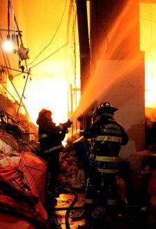Bomberos intentan sofocar el incendio en La Merced. Foto de archivo: Xinhua / Ángel Vargas