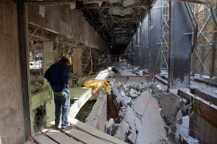 Remoción de escombros en la Torre de Pemex. Foto: Eduardo Miranda