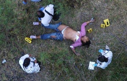 El hallazgo del cuerpo de una mujer ultrajada en Santa Fé, en abril de 2009. Foto: David Deolarte