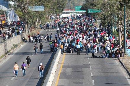 El bloqueo de los maestros en la autopista del Sol. Foto: José Luis de la Cruz