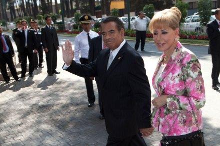 Humberto Benítez Treviño, extitular de la Profeco, acompañado de su esposa. Foto: Miguel Dimayuga