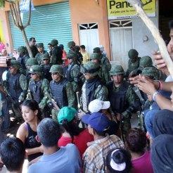 Policías comunitarios de Buenavista retienen a 24 militares... Foto: Enrique Castro