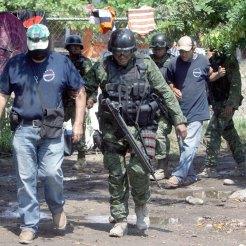 ...Y militares detienen a policías comunitarios en Buenavista. Foto: Enrique Castro