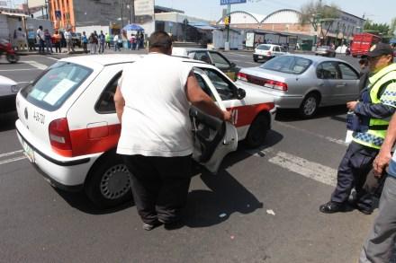 Joven sube a un taxi en la Ciudad de México. Foto: Benjamín Flores