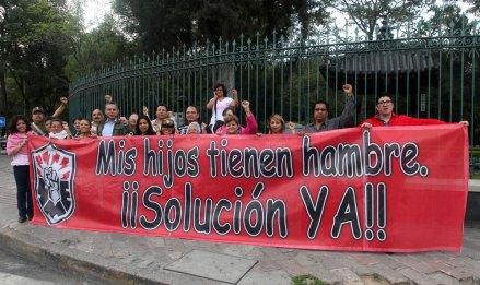 Integrantes del SME protestas en Los Pinos. Foto: Miguel Dimayuga