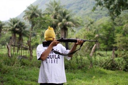 Un elemento de un grupo de autodefensa en Aquila, Michoacán. Foto: Enrique Castro