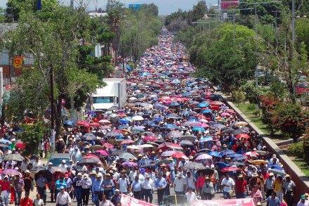 Maestros de la Sección 22 durante un marcha el mes pasado en Oaxaca. Foto: Ezequiel Leyva