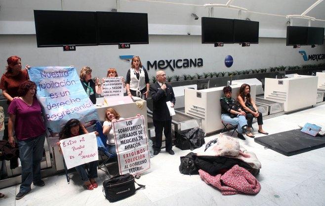 Extrabajadores de Mexicana, en el plantón que tenían en el aeropuerto. Foto: Benjamin Flores
