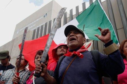 Atenquenses exigen la liberación de la líder del FPDT en el penal de Molino de las Flores. Foto: Hugo Cruz