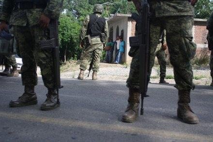 Comunitarios de Guerrero bloquean carretera y retienen a militares. Foto: Jessica Torres