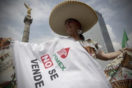 Simpatizantes de Cárdenas marchan en defensa del petróleo. Foto: Xinhua / Alejandro Ayala