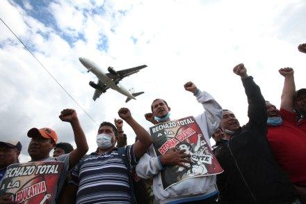 Maestros toman acceso al aeropuerto durante ocho horas. Foto: Miguel Dimayuga