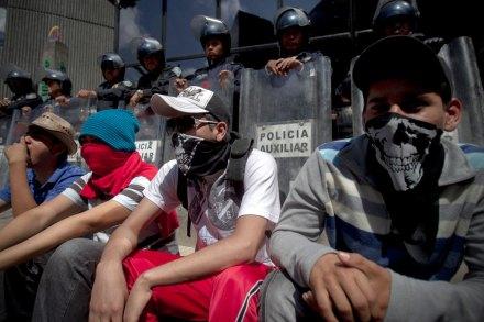 Maestros de la CNTE protestan en la Bolsa. Foto: Xinhua / Alejandro Ayala
