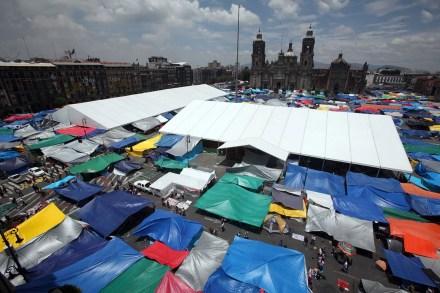 Continúa plantón del maestros en el Zócalo capitalino. Foto: Germán Canseco