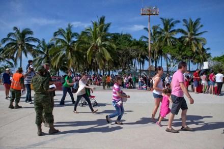Continúa desalojo de turistas en Acapulco, Guerrero. Foto: Eduardo Miranda