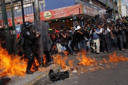 #1Smx. Anarquistas y granaderos se enfrentan previo a la entrega del I Informe. Foto: Hugo Cruz