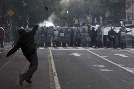 La Policía Federal desaloja a los maestros de la CNTE del Zócalo. Foto: Germán Canseco.