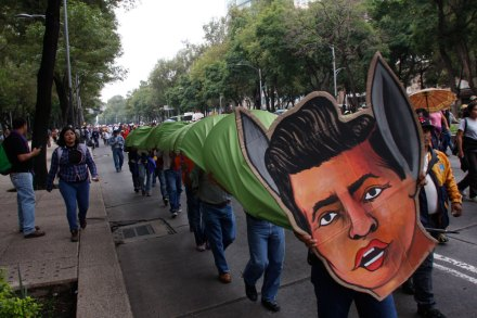 Maestros de la CNTE rumbo al bloqueo en la Segob. Foto: Hugo Cruz