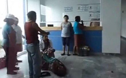 La mujer en el suelo de la clínica en Tehuacán, Puebla. Foto: Tomada de Youtube
